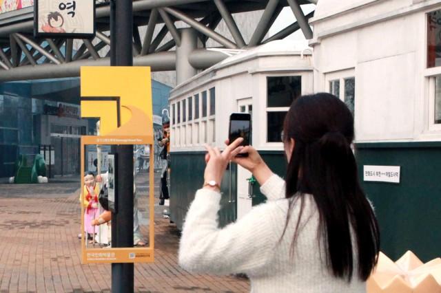붙임2_한국만화박물관에 설치된 경기그랜드투어 포토존에서 관람객이 인증사진을 찍고 있다..jpg